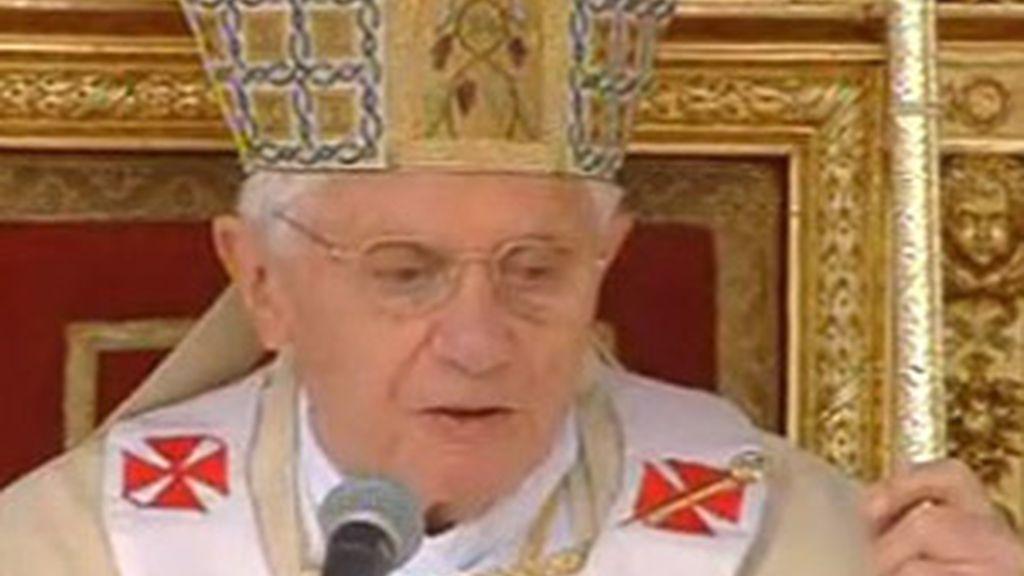 El papa Benedicto XVI ha presidido la ceremonia de beatificación del papa Juan Pablo II en la plaza de San Pedro en la Ciudad del Vaticano. Vídeo: ATLAS