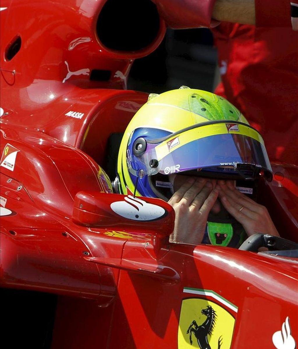 El piloto brasileño Felipe Massa, de la escudería Ferrari, se seca el sudor, durante los entrenamientos de pretemporada de Fórmula Uno que comenzaron hoy en el circuito de Jerez, en el que participan once escuderías. EFE