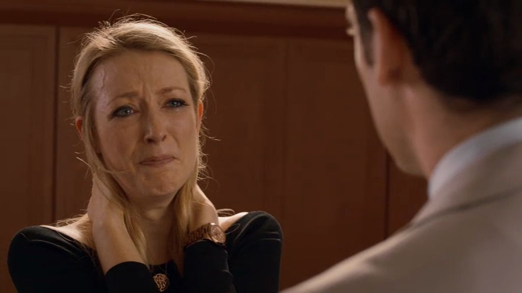 Molly se entera de que el golpe de estado planeado por Barry ha fracasado