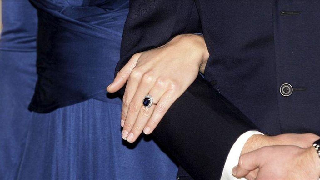 Detalle del anillo de compromiso que el príncipe Guillermo de Inglaterra ha regalado a Kate Middleton, durante el acto en el que anunciaron su enlace matrimonial, el pasado 16 de noviembre. EFE/Archivo