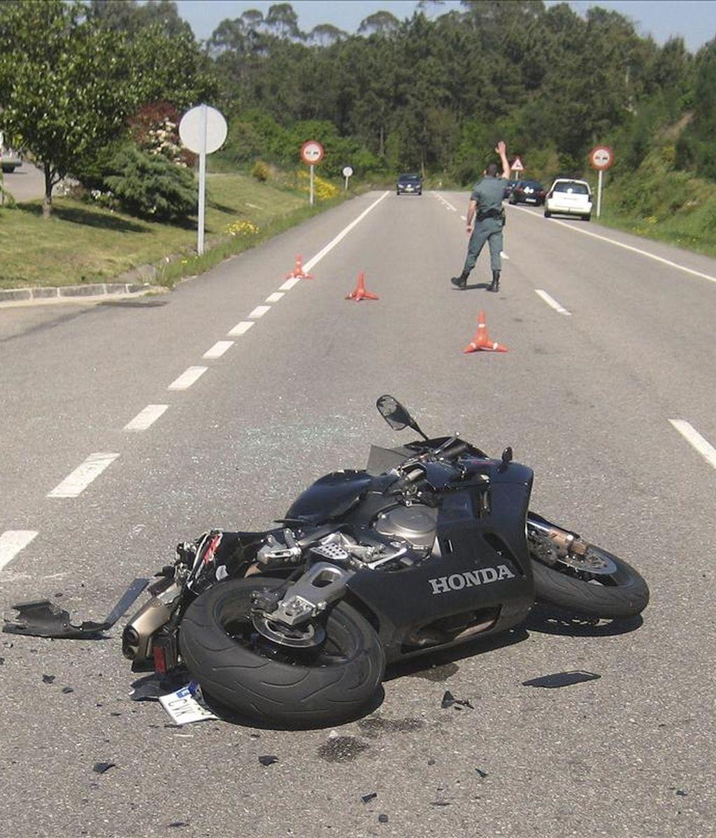 Un hombre de 36 años que conducía una motocicleta falleció ayer a consecuencia de un choque contra un coche que circulaba en sentido opuesto en una carretera pontevedresa. EFE