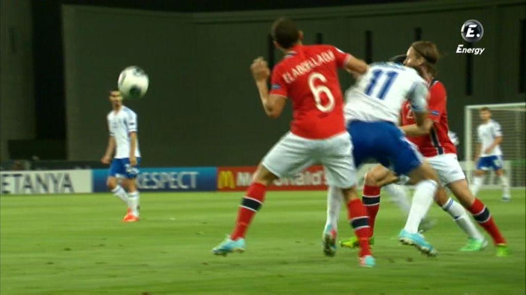 Dos jugadores disputan un balón aéreo.