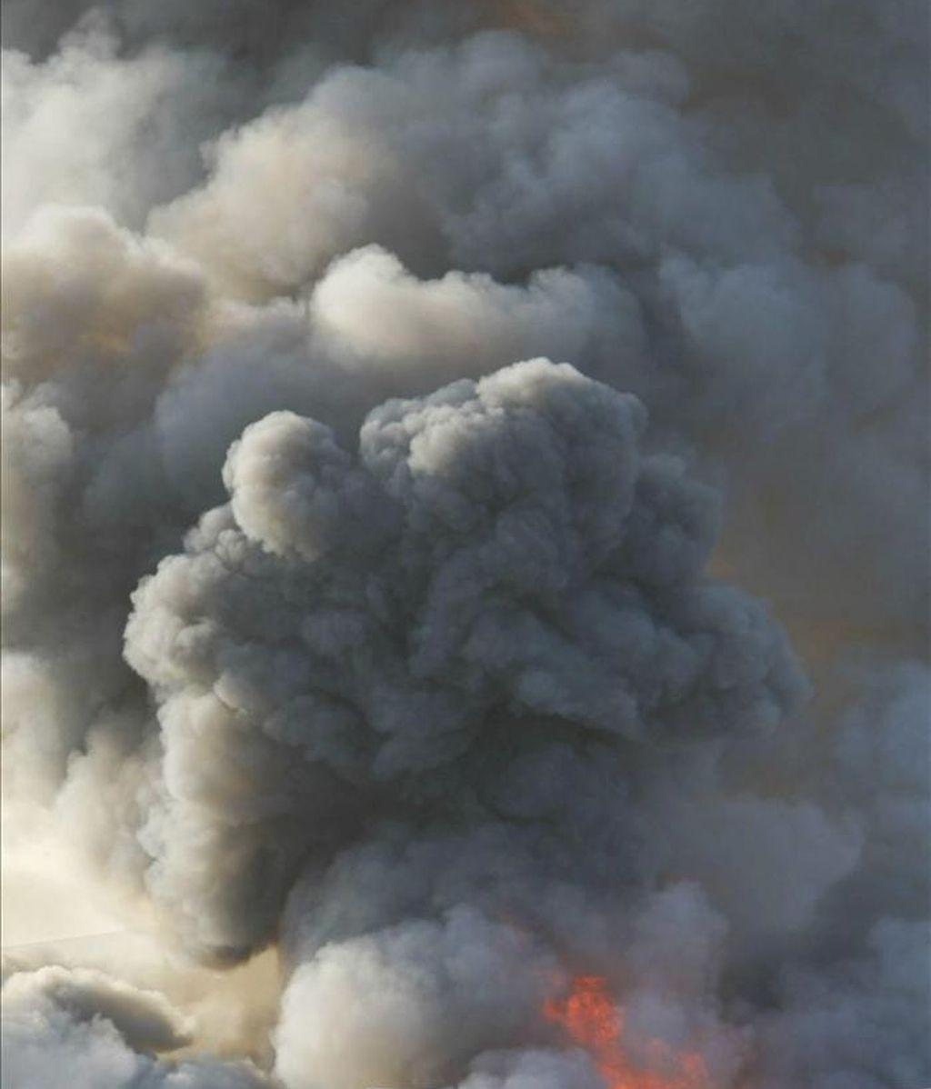 Vista de la columna de humo de un incendio declarado en Zaragoza. EFE/Archivo