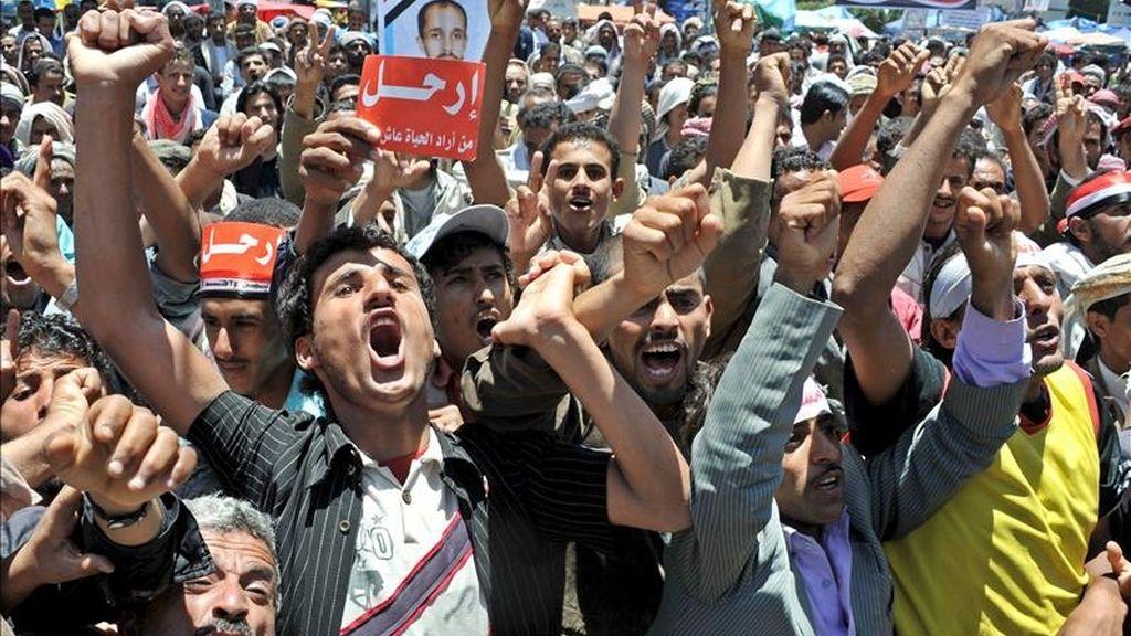 Opositores yemeníes se manifiestan contra el gobierno, en Saná, Yemen. EFE