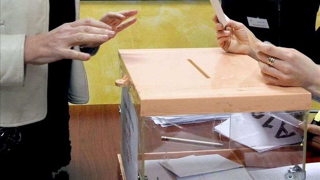 Una votante deposita su papeleta en una urna. EFE/Archivo