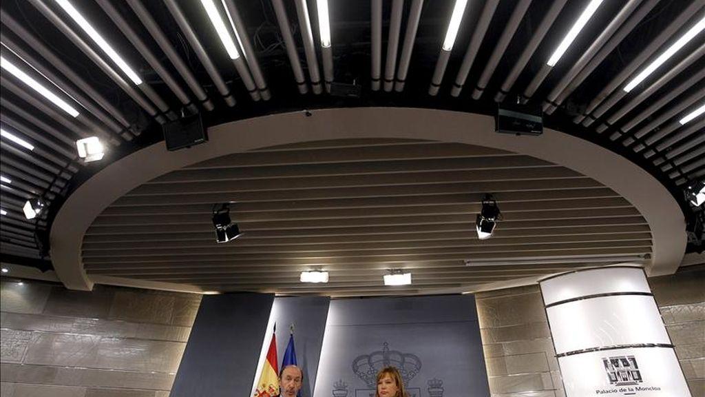 El vicepresidente primero del Gobierno y ministro del Interior, Alfredo Pérez Rubalcaba, junto a la ministra de Sanidad, Política Social e Igualdad, Leire Pajín, durante la rueda de prensa posterior al Consejo de Ministros, que ha aprobado hoy un decreto ley sobre medidas urgentes para reparar los daños causados por el terremoto de Lorca. EFE