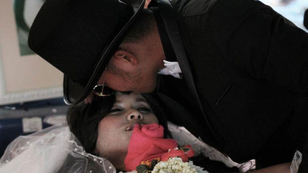 Chadil Deffy besa el cadáver de su novia