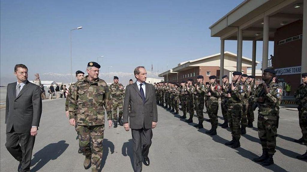 Fotografía cedida por el Ministerio de Defensa francés hoy, 18 de abril de 2011 que muestra al ministro galo Gerard Longuet (3ºizda) durante su visita en Kabul (Afganistán) ayer, domigo, 17 de abril. EFE