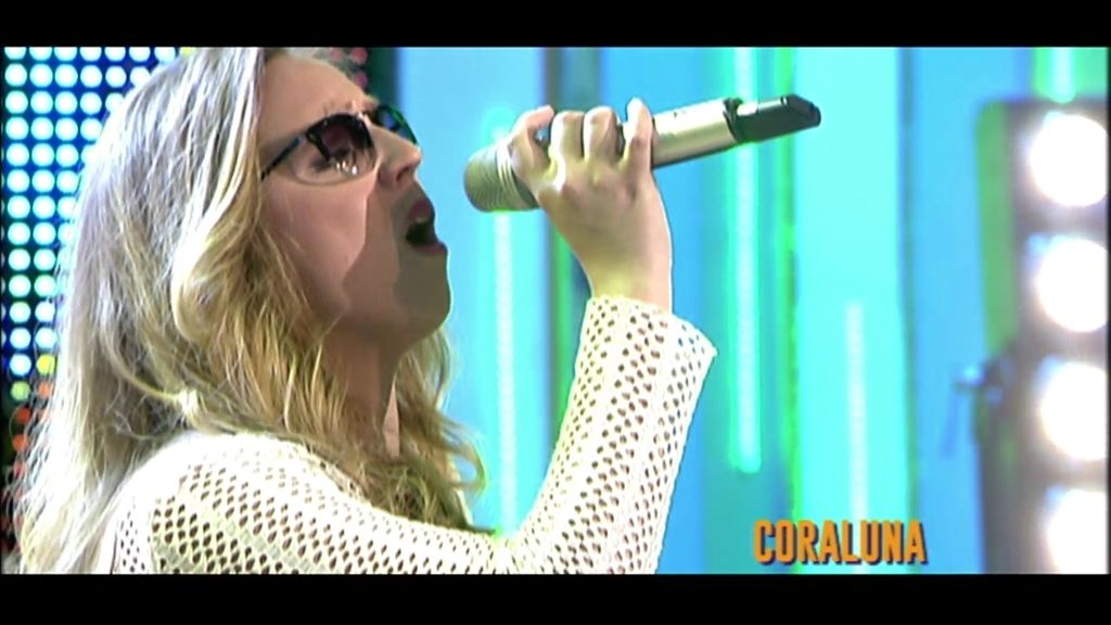 Coraluna interpreta su nuevo tema 'Por fuera y por dentro', en el plató de '¡QTTF!'