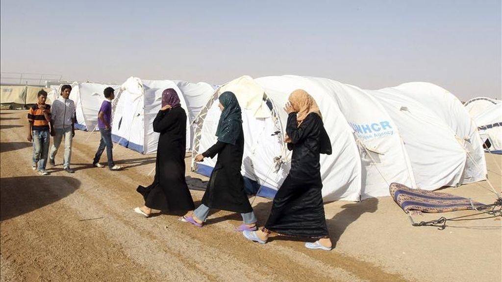 Familias libias que han huido de la violencia en su localidad de Nalut se refugían en el campamento de Ramada, a unos 25 kilómetros al sur de la frontera libia con Túnez. EFE