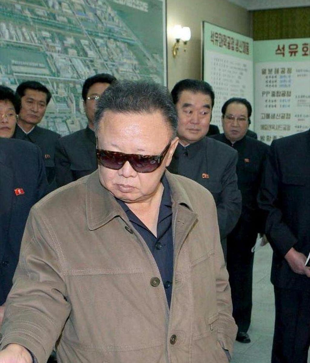 Fotografía sin fechar facilitada por la Agencia Central de Noticias Norcoreana que muestra al líder norcoreano, Kim Jong-il, durante su visita a la planta petroquímica Namheung Youth en la provincia norcoreana de Pyongan Sur. Seúl invitará a Kim Jong-il a una cumbre si cierra su programa atómico. EFE/YNA