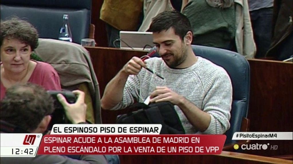 Ramón Espinar acude a la Asamblea de Madrid en pleno escándalo