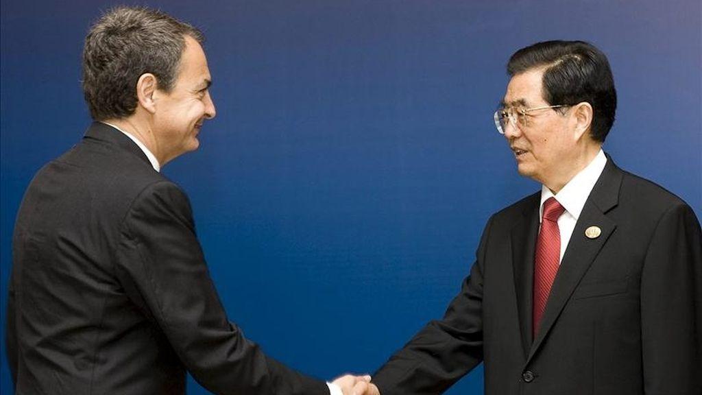 Fotografía cedida por Presidencia del Gobierno del presidente del Ejecutivo español, José Luis Rodríguez Zapatero (i), saludando al presidente chino, Hu Jintao, que preside la décima edición del Foro económico de Boao, considerado el Davos asiático. EFE