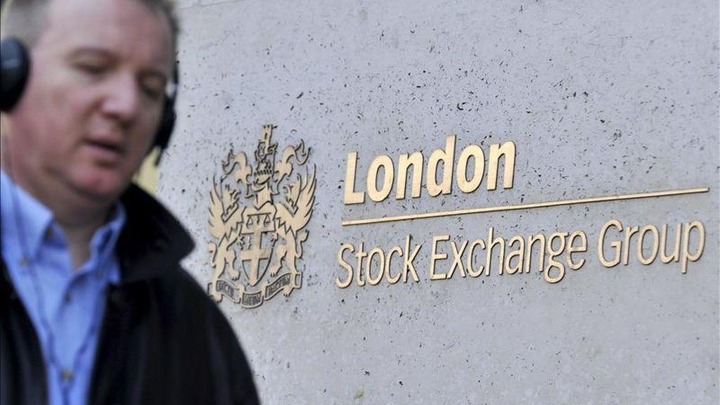Un hombre camina frente a la Bolsa de Londres (London Stock Exchange) en Londres, Reino Unido. EFE/Archivo