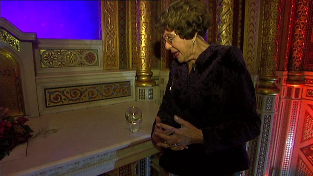Paloma Navarrete escucha una conversación entre el Marqués de ...