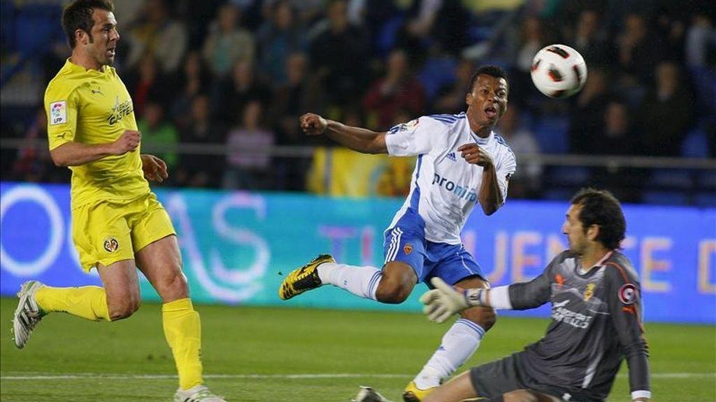 El delantero nigeriano del Real Zaragoza, Ikechuwku Uche (c) intenta superar al portero Diego López (d) y al defensa Carlos Marchena, ambos del Villarreal, en su partido correspondiente a la trigesimosegunda jornada. EFE/Archivo