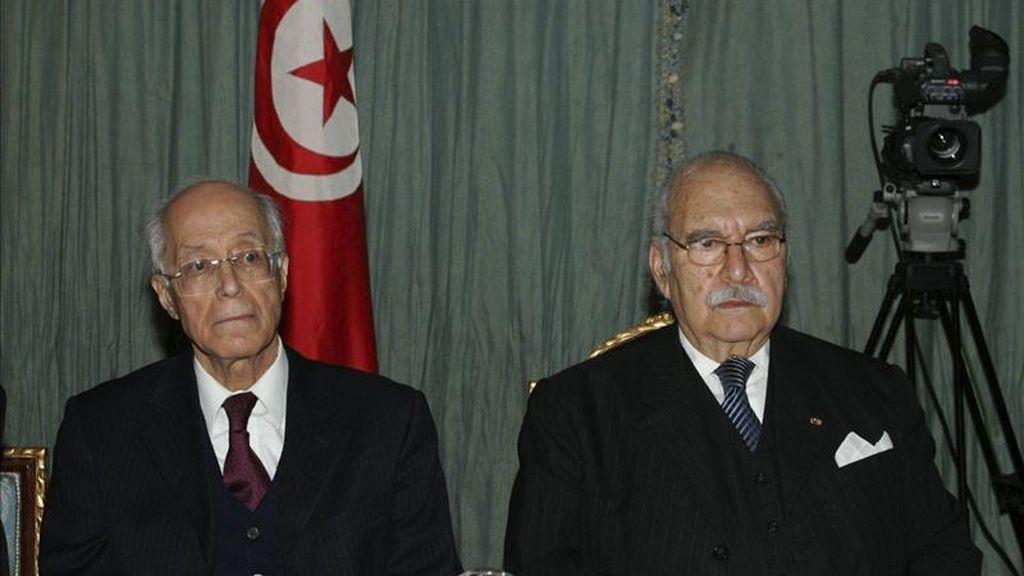 El presidente tunecino, Fuad Mebaza (d) y el ministro tunecino de Exteriores, Ahmed Ouneies, (i), durante la una reunión. EFE