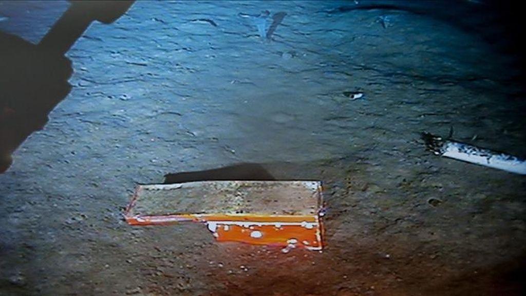 """Imagen cedida hoy por la Oficina de Investigación y Análisis (BEA) que muestra una de las cajas negras del vuelo Río de Janeiro-París que se estrelló en junio de 2009 con 228 personas a bordo, en aguas del Atlántico. La caja negra, que registra los parámetros del avión, fue encontrada por el submarino robotizado Remora 6.000 a las 16.40 GMT y ya ha sido remolcada al navío """"Ile de Sein"""". EFE/BEA"""
