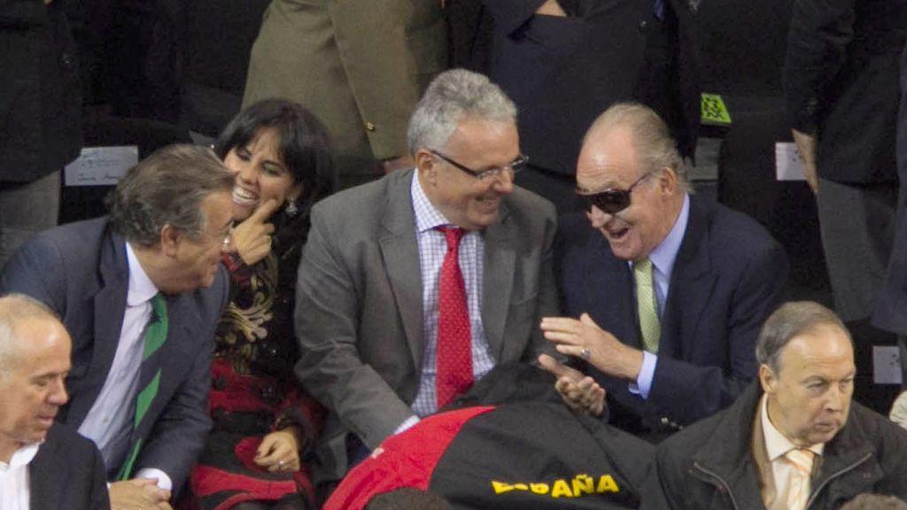 El Rey de España consulta su teléfono móvil