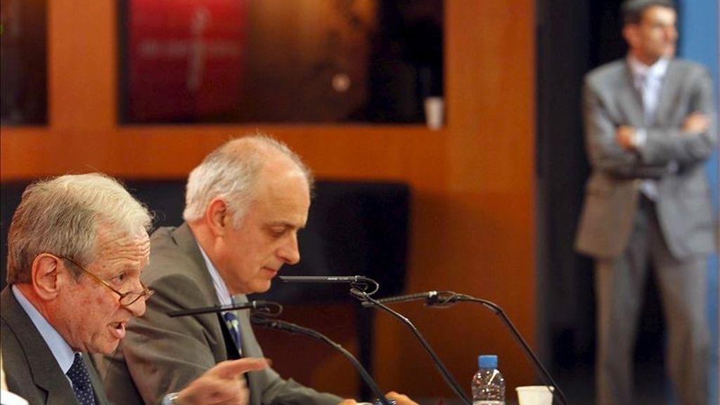 """El presidente del Tribunal Constitucional, Pascual Sala (i), acompañado del profesor A. Sainz Arnaiz, durante la conferencia que ha celebrado hoy en la Universidad Pompeu Fabra (UPF) , ha asegurado que cuestionar la independencia del Tribunal Constitucional es """"atentar"""" e ir """"en contra de lo más sagrado que tiene la función jurisdiccional"""". EFE"""
