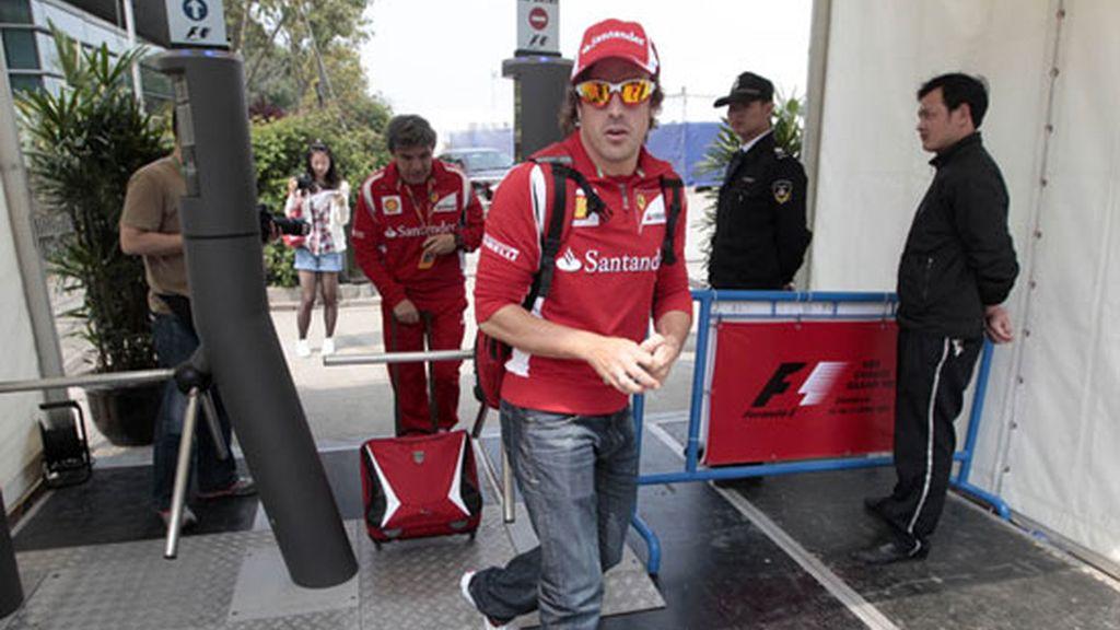 Fernando Alonso, llegando al circuito de China donde se celebró el último Gran Premio de Fórmula 1. Foto: GTres
