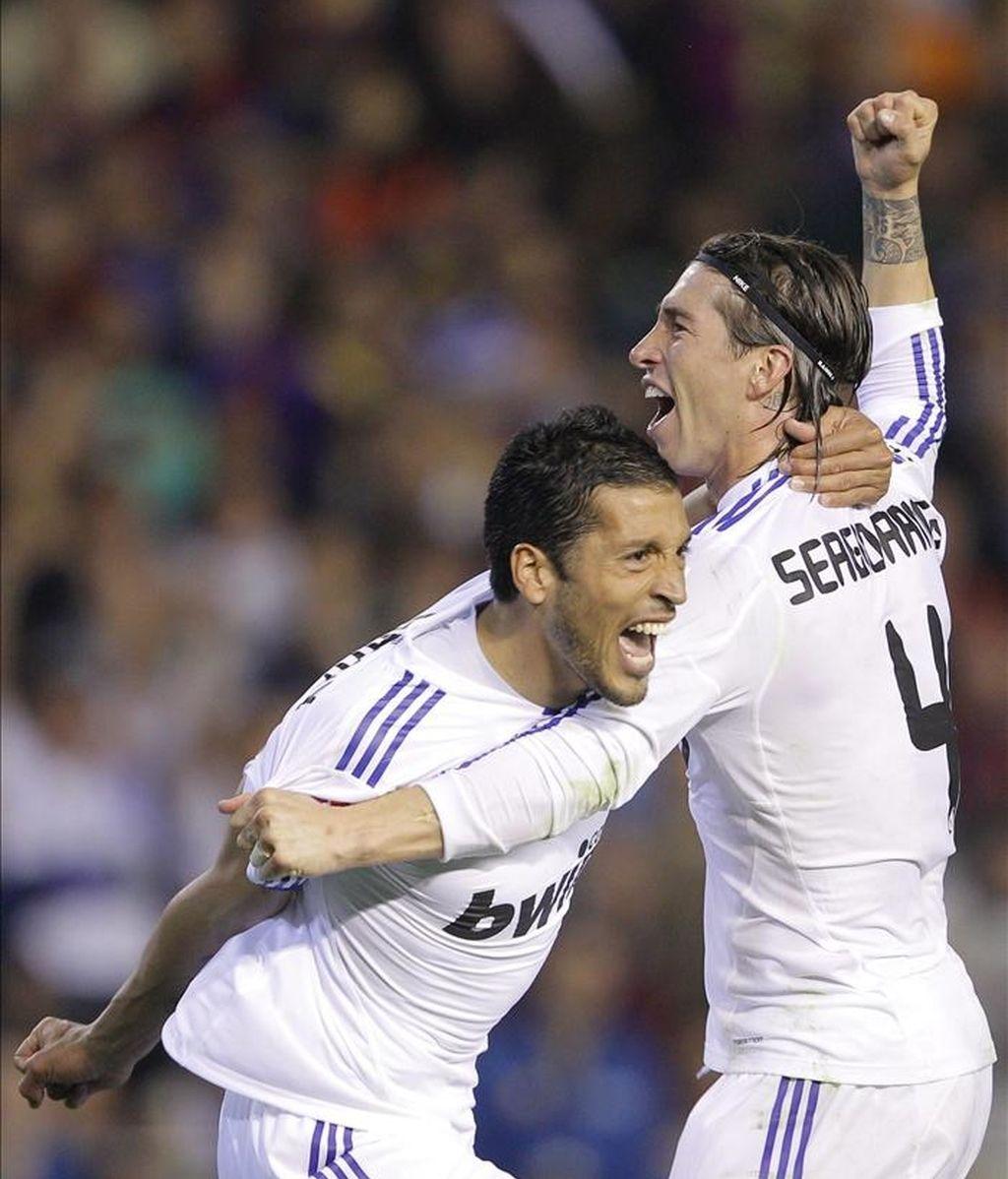 Los jugadores del Real Madrid, el argentino Ezequiel Garay (i) y Sergio Ramos, tras ganar la final de la Copa del Rey frente al FC Barcelona, este miércoles  en el estadio de Mestalla, en Valencia. EFE