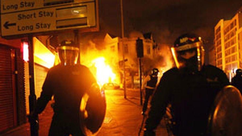 Los disturbios se extienden por varias ciudades de Reino Unido. Vídeo: Informativos Telecinco