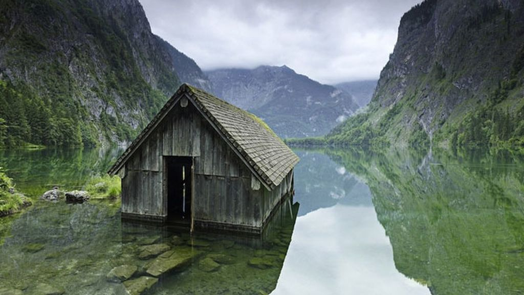 La cabaña de la pesca en un lago de Alemania