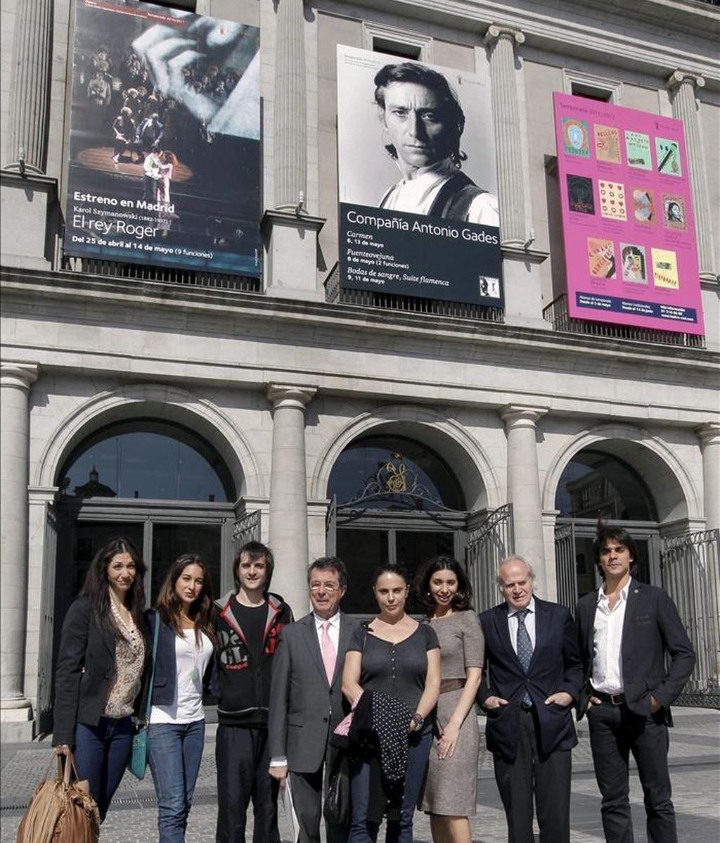 """Eugenia Eiriz (3d), la viuda del bailarín y coreógrafo Antonio Gades, presentó hoy el """"Año Gades"""", conmemoración del 75 aniversario del bailarín, que organiza la fundación que lleva su nombre y que dirige su viuda, cuyas actividades, entre ellas representaciones de algunos de sus títulos más célebres, se presentan en el Teatro Real. EFE"""