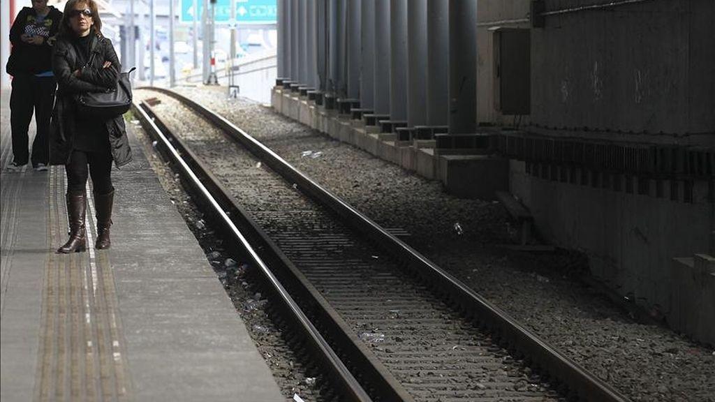 Pasajeros esperan la llegada de un tren en una desierta estación de Atenas, Grecia. EFE/Archivo