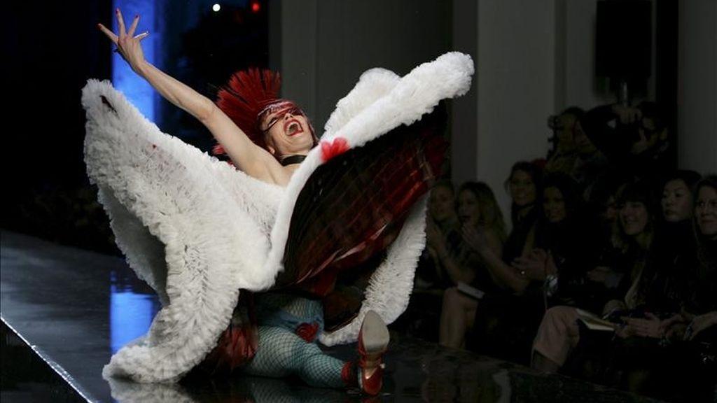 Una modelo desfila con una creación primavera-verano 2011 del diseñador francés Jean Paul Gaultier. EFE/Archivo