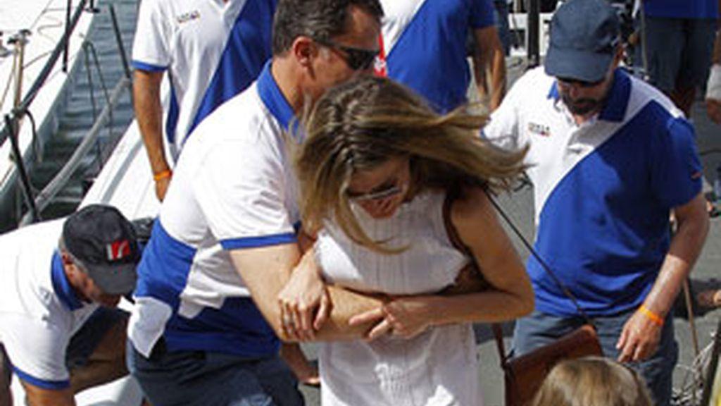 Don Felipe ayuda a doña Letizia a desembarcar. Foto: EFE