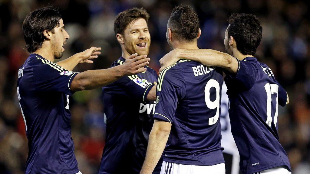 El delantero francés del Real Madrid, Karim Benzema (2d), celebra su gol, primero de su equipo, con sus compañeros durante el partido, correspondiente a la vuelta de los cuartos de final de la Copa del Rey