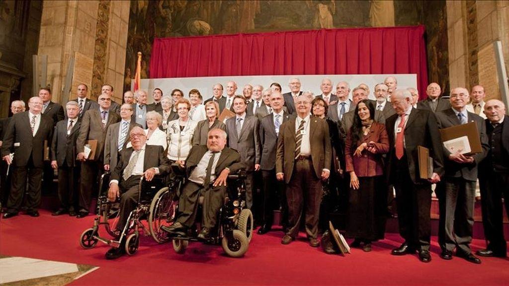 Foto de grupo de los galardonados con la Cruz de Sant Jordi 2011, que han recibido esta tarde la distinción en el Palau de la Generalitat de Catalunya de manos de su presidente, Artur Mas. EFE