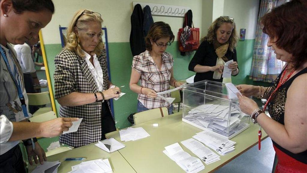 Los integrantes de una mesa electoral al inicio del recuento de los votos. EFE/Archivo