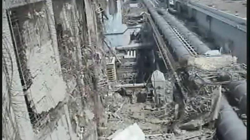 Fotografía tomada el 15 de abril cedida por TEPCO, la empresa que opera la planta de Fukushima, que muestra los daños en la fachada del edificio del reactor 4 que da al mar en la planta nuclear de Fukushima en Japón. EFE/TEPCO