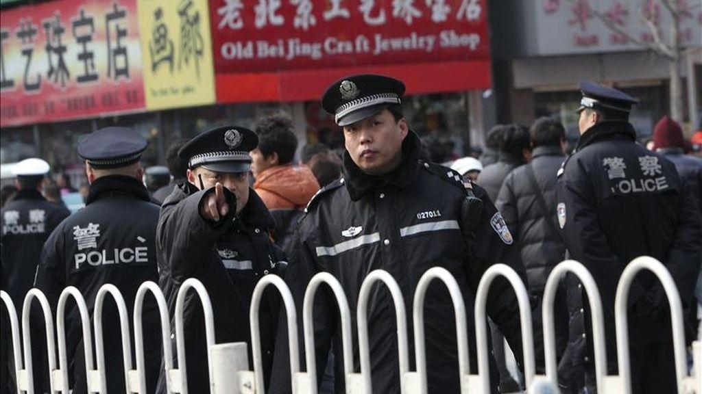 Policías resguardan la conocida calle comerical de Wangfujing en Pekín (China) y epicentro de las protestas del 27 de febrero de 2011. EFE/Archivo