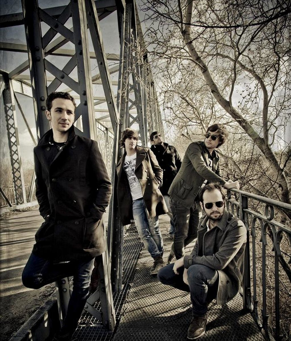 """Fotografía facilitada por Innercia de la banda de pop-rock Melocos, que ha publicado recientemente """"Imposible"""", un disco que abre la trilogía sonora que se ha propuesto completar de aquí a final de año la banda del Puerto de Santa María (Cádiz), que tras un álbum de versiones titulado """"45 rpm"""" ha lanzado un trabajo con cinco composiciones propias. El batería del grupo, Andrés Ortiz, ha hablado sobre este trabajo en una entrevista con Efe. EFE"""
