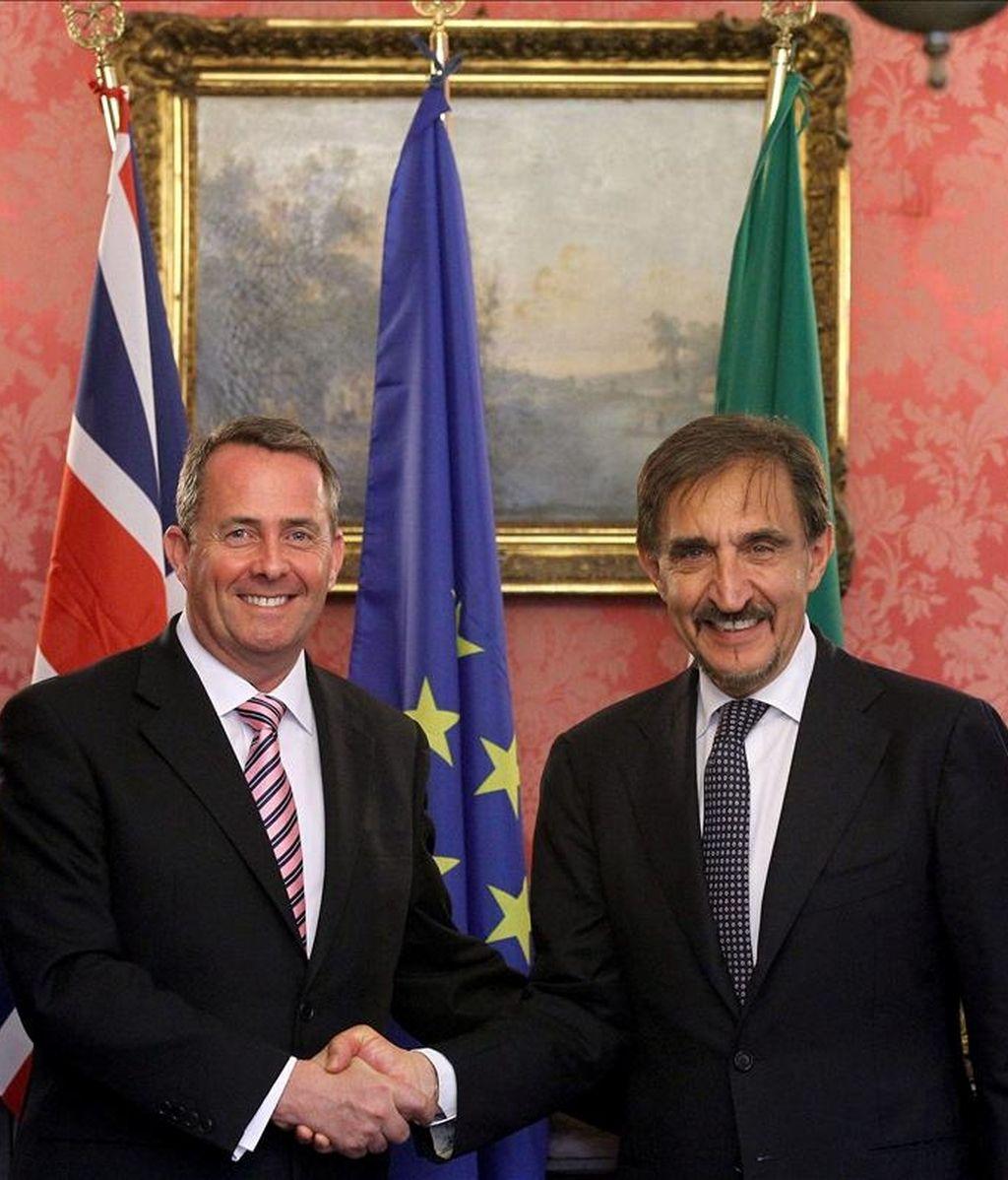 El ministro británico de Defensa, Liam Fox, (i), y su homólogo italiano Ignazio La Russa (d) posan para los medios al término del encuentro que han mantenido en Roma, Italia. EFE