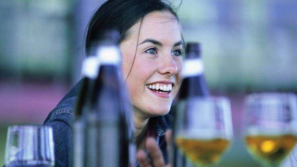 Una joven, rodeada de alcohol