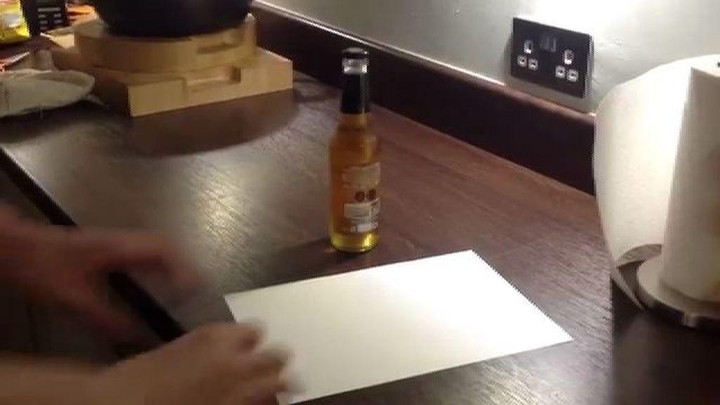 ¿Cómo abrir una cerveza con un folio?