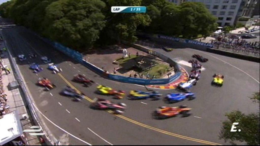 ¡Heidfeld toca a Alguersuari en la salida y se hace con la segunda plaza!