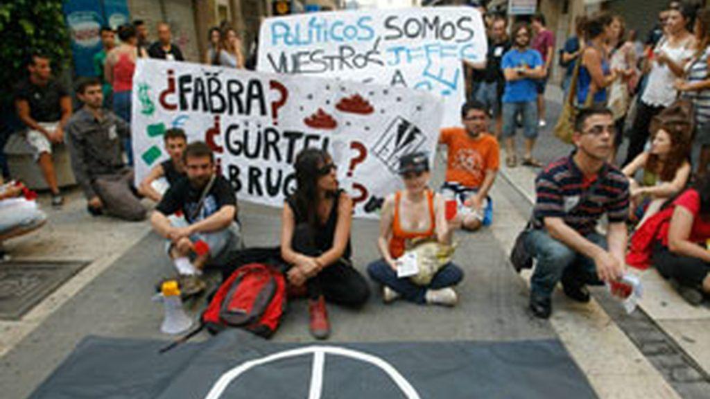 Manifestantes durante la sentada a las puertas del Parlament. Vídeo: ATLAS