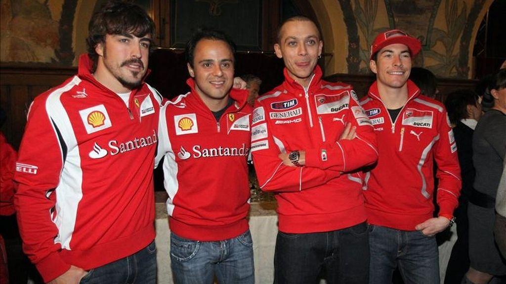 """Los automovilistas de la escudería Ferrari de Formula 1, el español Fernando Alonso (i), el brasileño Felipe Massa (2i), y los motociclistas de Ducati MotoGP, el italiano Valentino Rossi (2d), y el estadounidense Nicky Haiden (d), posan el pasado lunes 10 de enero de 2011, durante el inicio del """"Wrooom Ski Meeting"""" de los patrocinadores de los equipos Ferrari y Ducati en Madonna di Campiglio (Italia). EFE"""