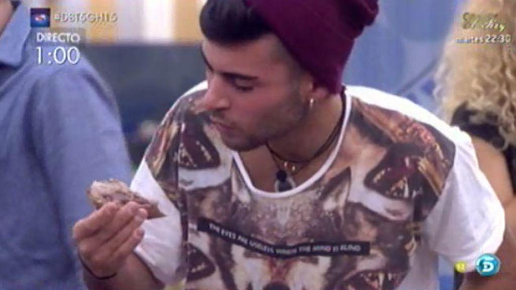 Hugo consigue un surtido de chocolates por comerse una lengua de cordero