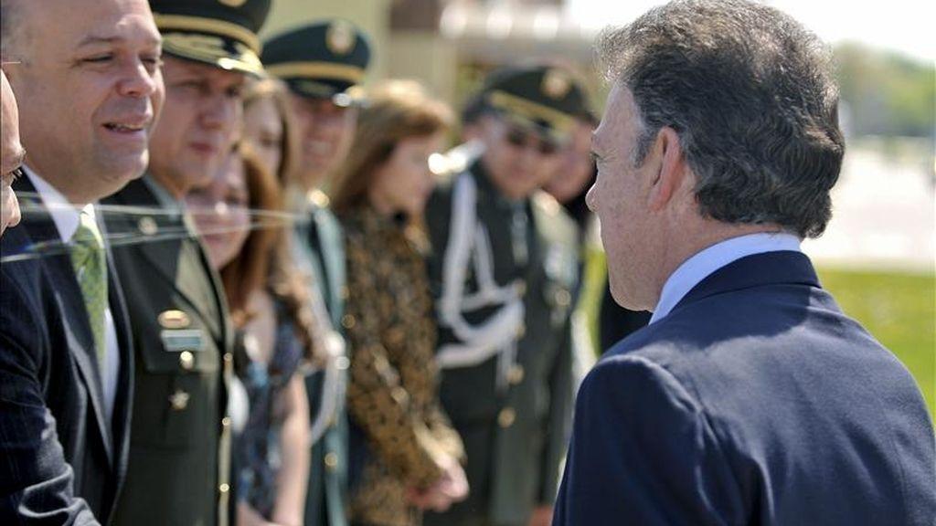 Fotografía facilitada por la Presidencia de Colombia que muestra al presidente colombiano, Juan Manuel Santos, recibido por autoridades y funcionarios del ministerio de Asuntos Exteriores español a su llegada hoy a la base aérea de Torrejón de Ardoz, en las cercanías de Madrid, para comenzar este lunes su primera visita oficial a España. EFE