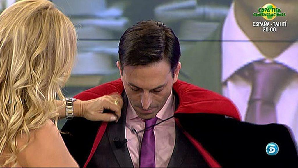 Cristina Tárrega cambia el look de Pedro, desde su vestuario hasta su bronceado