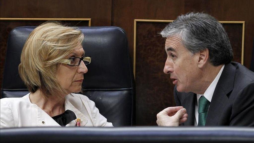El ministro de la Presidencia, Ramón Jáuregui, conversa con la diputada de UPyD, Rosa Díez, durante la sesión de control al Gobierno del pleno del Congreso de hoy. EFE