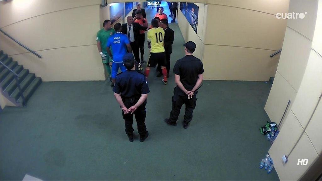James, desesperado, se queda en el túnel de vestuarios para protestar al árbitro
