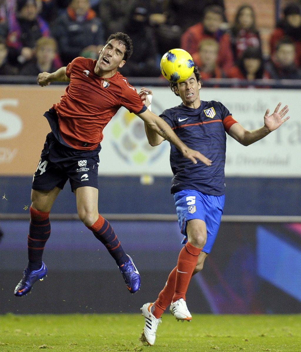Tiago Mendes (d) pelea un balón con el centrocampista de Osasuna Raúl García en el Reyno de Navarra
